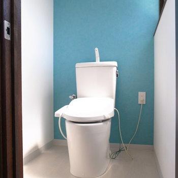 【2F】さわやかカラーのトイレ。