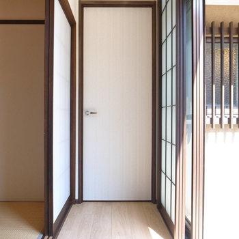 廊下の片側突き当たりはとびら。サニタリーとつながっています。