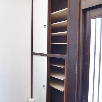 階段の前に靴箱があります。