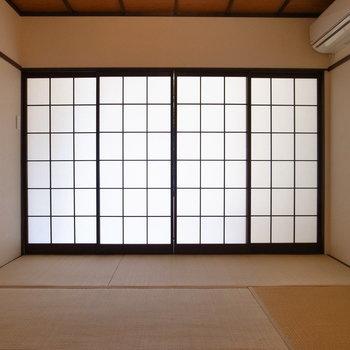 【1F和室】障子のほうから明るさがにじんでいますね。開けて見ると…