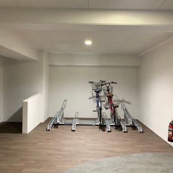 自転車置き場も各階に!