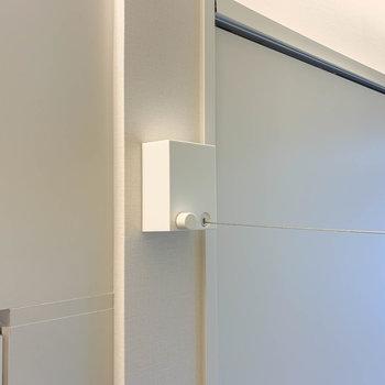 お部屋の真ん中あたりに、室内干しのワイヤーがあります。
