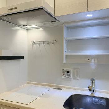 二口IHのキッチン。鏡裏にコンセントや収納があります。