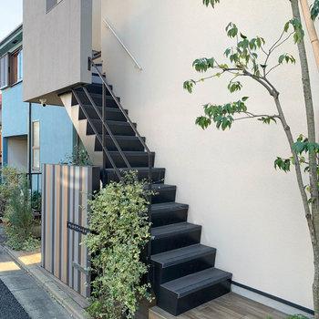 道路沿いの階段を登るとお部屋に。