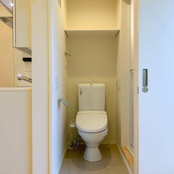 脱衣所へ。トイレがあります。