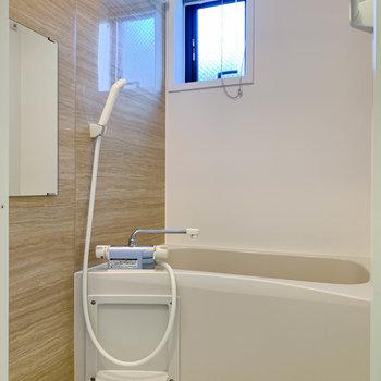 お風呂は浴室乾燥、暖房付き。小窓も付いています。