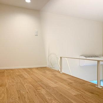 ロフトも無垢床。コンセントがあります。