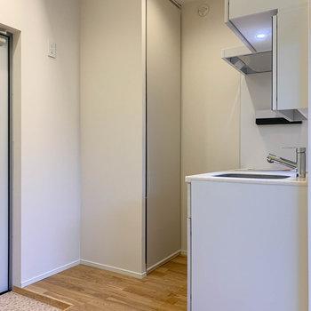 玄関挟んで奥にキッチン。