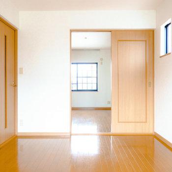 窓側から。正面のドアの先は北側の洋室。