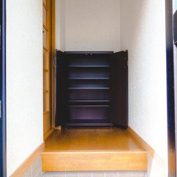 靴箱は扉側に。ひとりならこの大きさで十分そうです。