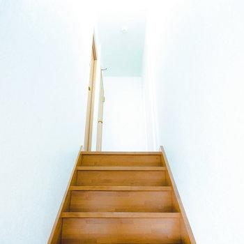 階段を上がって2階へ。まずは南側の洋室から。