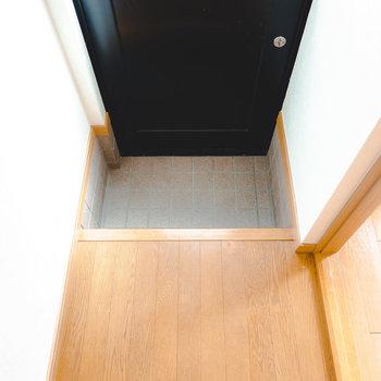 タタキがコンパクトな玄関ですが、不自由はなさそうです。
