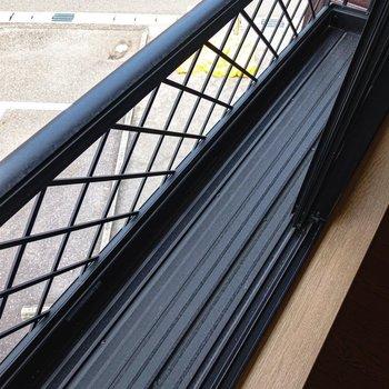 北側の洋室の腰窓にはガーデニングができそうなスペースあり。
