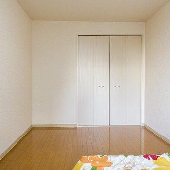 【洋室】ベッドを置いても空間には余裕があります。※写真は1階の同間取り別部屋のものです