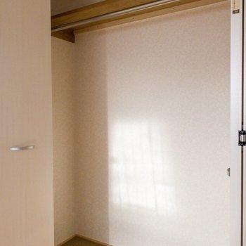 【DK側洋室】丈の長いお洋服も収納可。※写真は1階の同間取り別部屋のものです