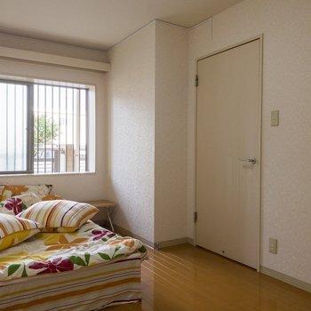 【洋室】通路へ続く扉。※写真は1階の同間取り別部屋のものです