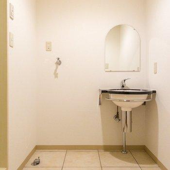 洗面台とその横に洗濯機置き場があります。※写真は1階の同間取り別部屋のものです