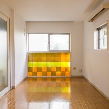 【DK側洋室】地面に落ちる光がステンドグラスのよう。※写真は1階の同間取り別部屋のものです