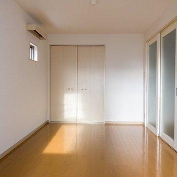 【DK側洋室】小窓で換気もできます。※写真は1階の同間取り別部屋のものです