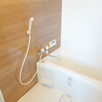 木目の壁がとっても安らげる追い焚き付きのお風呂です。