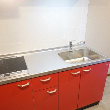 2口IHに調理スペースとシンクも広々。冷蔵庫スペースは右に。