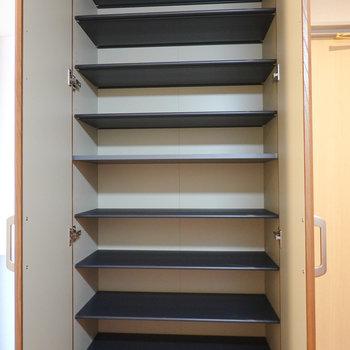天井まであるトールサイズの靴箱。女性にも嬉しい。