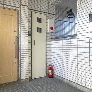 エレベーターを出て右手がお部屋です。