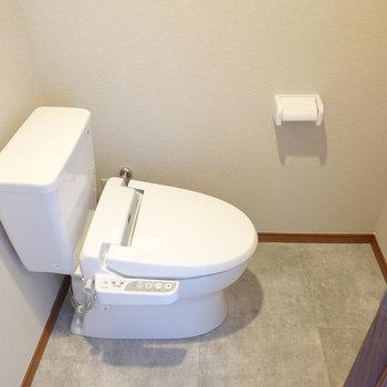 変わった向きですが、ウォシュレット付きで清潔なトイレです。