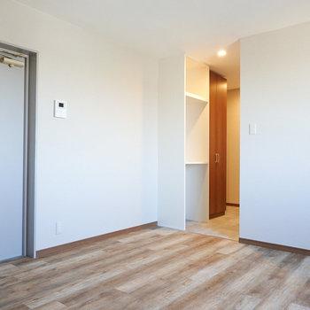 左側のドアからはベランダへ。真ん中からキッチン・玄関・脱衣所へ。