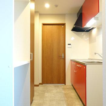 モルタルのような床が良い雰囲気のキッチンです。