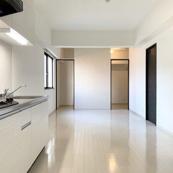 デザインウォールのサイドドアを開けると、お部屋の印象が変わります。