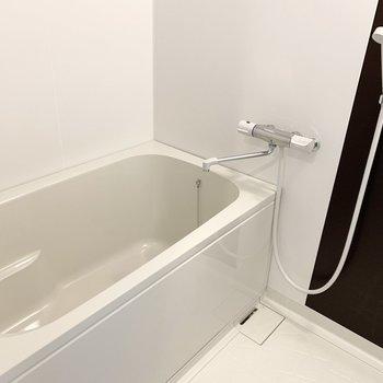 浴室は洗濯機置場の奥に。乾燥機付。