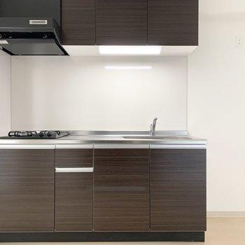 キッチンはダークトーンで建具とお揃い。