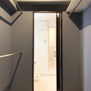 長いモノは天板下、2段の上がトップスで下がボトムかな。