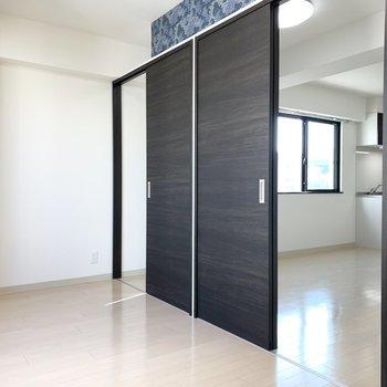 ドアを開けるとデザインウォールが隠れます。(※写真はクリーニング前)