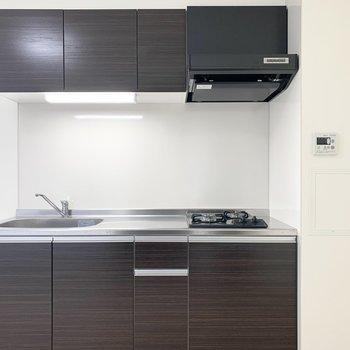 キッチンはダークトーンで建具とお揃い。(※写真はクリーニング前)