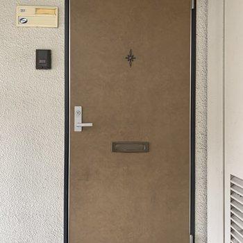 味のある玄関ドア。