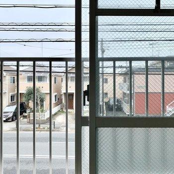 道路に面している和室の窓は高い柵がついています。