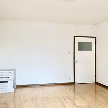 【洋室】6帖あるので家具もいろいろ置けそう。