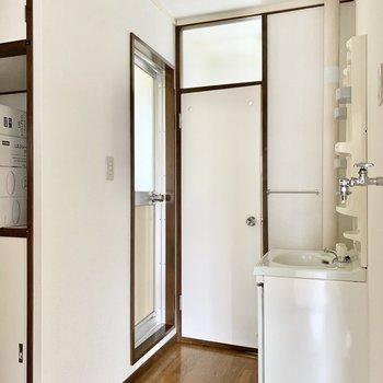 左のお風呂で突き当たりがトイレのドア。