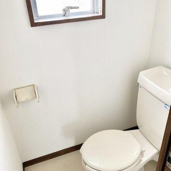 小窓付きのトイレ。