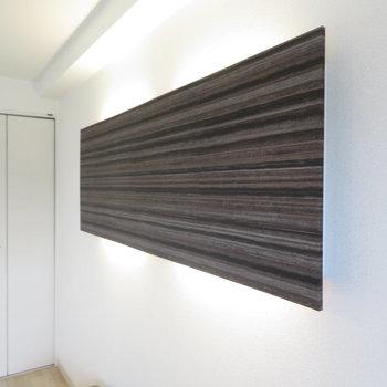 壁にはテレビかと思うような間接照明が!