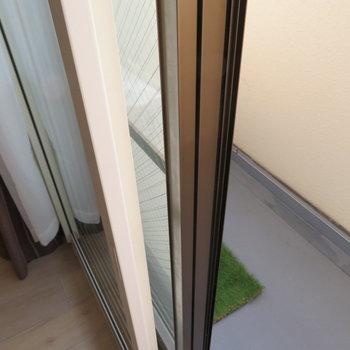 気密性、防音性の高い2重サッシになっている窓を開くと、、