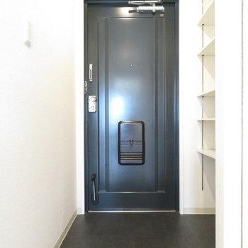 玄関スペースも広めで身動き取りやすそう〜