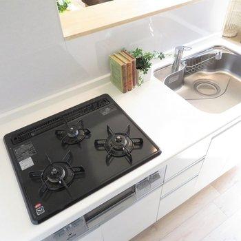 3口コンロのグリル付きキッチン。清潔感があります