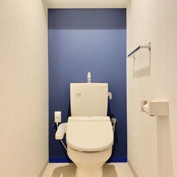 トイレは爽やかなブルー。
