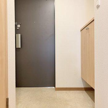 玄関は2人同時に入れそう。