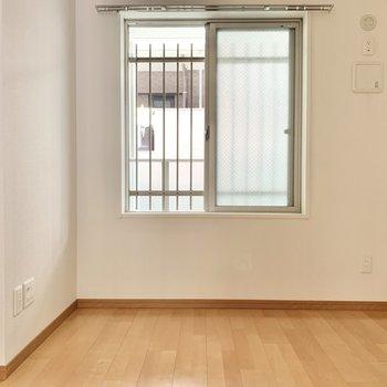 【洋室】ベッドは右側へ。