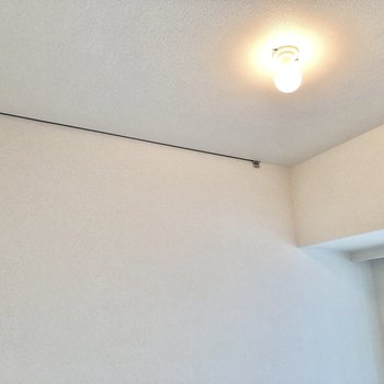 天井にはピクチャーレール付きです。