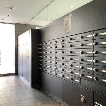 1階へ。メールボックスと宅配ボックスが並んでいます。
